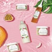 Rituel Complet La Bouclette 💖  Ce Rituel complet, vous permettra d'avoir une chevelure revigorer et pleine de santé !   💚Shampoing Crème nettoie tout en douceur votre cuir chevelu, anti-pelliculaire, nourrir et répare votre chevelure  💚Après-shampoing au top pour un démêlage parfait immédiat, nourrit, répare. Le +  c'est l'utilisation en leave-in sans rinçage ! 💚Crème capillaire est un élixir  hydratant, redéfinissant les boucles et limite les frisotis  💚Baume capillaire nourrit la fibre capillaire en profondeur et scelle l'hydratation.  💚Sérum végétal est un pur soin fortifiant et activateur de pousse.  Tous nos produits sont issues de matières premières de qualités naturels  bio et 100% vegan 🌿   LE PLUS :  Pour chaque commande 6% sera reversé automatiquement à la @liguecontrelecancer du sein durant ce mois d'Octobre rose 💖  Alors engageons nous ensemble les Bouclettes !  • • • • • • • •#cheveuxcrepus #nappyhair #afrohair #afro #cheveuxbouclés #cheveuxafro #hairstyle #hair #naturalhairgrowth #afrohairstyle #naturalhair #nappy #curlyhair #ethnique #curlyhairstyles #frizzyhair #smile #sundaycare  #reunionisland #afrohairstyle #nappyafro #nature #naturalhairgrowth #natural #afropunk #labouclette #africanbeauty  #Africa #nappyhair