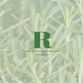 NOS INGRÉDIENTS - ROMARIN   Le Romarin est un espèce d'arbrisseaux, poussant sur le pourtour méditerranéen.   Cette plante est, en premier lieu, reconnue pour ses vertus médicinales et est très souvent utilisée en cuisine.  En plus d'avoir de nombreux bienfaits pour la santé, nous l'avons sélectionnée car l'hydrolat de romarin (distillation par entraînement à la vapeur d'eau) permet de régénérer et apaiser cuirs chevelus à problème.   Vous retrouvez l'hydrolat de Romain dans le Shampoing crème - Mouss' boucle pour retrouver l'équilibre de votre pH du cuir chevelu et surtout c'est un excellent anti-pelliculaire !   Vous trouverez ce shampoing sur le site la-bouclette.com 🛒